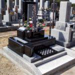 香川県宇多津町の町営墓地に庵治石と黒御影石のデザイン墓石が完成しました。