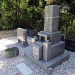 高松市の地域墓地に庵治細目特級石の和型墓石が完成しました。既存の墓石のクリーニング、雑草対策も併せて行いました。