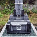 香川県多度津町の地域墓地に庵治細目石を使用したモダンなデザイン墓石が完成しました。竿石と霊標が一体となったオリジナルデザイン。
