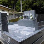 徳島県三好市の山あいの墓地に洋型墓石が完成しました。庵治細目特級石の美しさが際立つオリジナルデザインです。