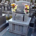 坂出市営墓地に庵治中目特級石・やさとみかげを使用した地上納骨型デザイン墓石が完成。桜の彫刻をあしらった美しいお墓です。