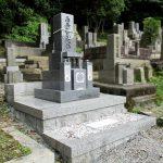 姫路市内の傾斜地の集落墓地に、庵治細目石の和型墓石が完成。間知石を積んでひな壇型の墓地に造成しました。