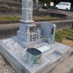 高松市亀水町の地域墓地に、庵治石中目特級の8寸「みやこ型」の和型墓石が完成しました。