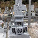 香川県観音寺市の寺院墓地に庵治中目特級9寸フトン付の和型墓石が完成。お寺様の筆による「南無妙法蓮華経」を竿石に彫刻しました。