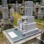 高松市の市営墓地に、庵治中目石と大倉石を組み合わせた9寸三重台「やすらぎ型」の和型墓石を建てさせていただきました。
