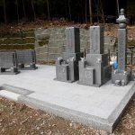 東かがわ市の山あいの墓地でお墓の改修工事。古い竿石を合祀して庵治石細目の五輪塔と和型墓石を建立しました。