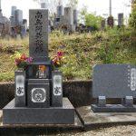 丸亀市の地域墓地で改修工事を行いました。古いお墓を整理して墓誌を新設し、お参りしやすい墓地になりました。